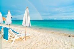 Härligt lyxigt paraply och stol på stranden Arkivfoton