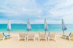 Härligt lyxigt paraply och stol på stranden Royaltyfria Foton