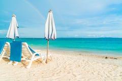 Härligt lyxigt paraply och stol på stranden Royaltyfri Fotografi