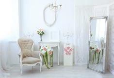 Härligt lyxigt rum i sjaskig chic stil arkivbild