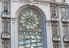 Härligt målat glassfönster på klassisk europeisk stilbyggnad med den kyrkliga fasaden Arkivbilder