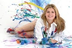härligt målningskvinnabarn arkivfoton