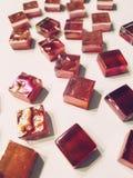 Härligt mörkt - röda exponeringsglasmosaikdetaljer arkivfoto