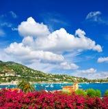 Härligt medelhavlandskap med molnig blå himmel Arkivbilder