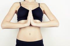 härligt meditera för flicka poserar yoga Royaltyfri Foto