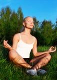 härligt meditera utomhus ståendekvinnan Royaltyfri Bild