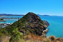 Härligt mediterranen staden med port och oceanview Royaltyfri Foto