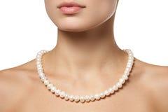 Härligt mode pryder med pärlor halsbandet på halsen Smycken och bijouterie arkivbilder