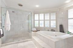 Härligt modernt badrum i australisk herrgård Royaltyfria Bilder
