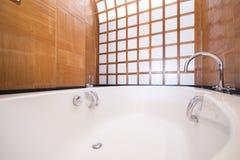Härligt modernt bubbelpoolbadkar fotografering för bildbyråer