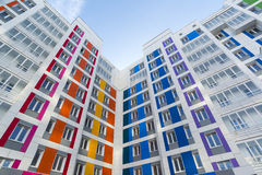 Härligt modernt hus med färgrika fasader Royaltyfria Bilder
