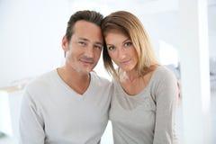 Härligt mogna par hemma Fotografering för Bildbyråer