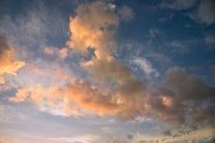 Härligt moln över blå himmel Arkivfoton
