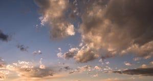 Härligt moln över blå himmel Fotografering för Bildbyråer