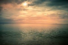 Härligt moln och hav på aftonen Arkivbild