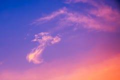 Härligt moln på blå himmel i aftontid för bakgrund Royaltyfri Fotografi