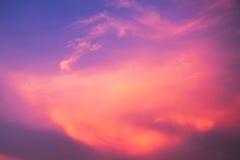 Härligt moln på blå himmel i aftontid för bakgrund Arkivfoton
