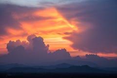 Härligt moln under solnedgång Arkivfoton