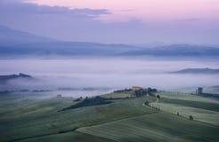Härligt morgonlandskap med dimma i Tuscany, Italien royaltyfri foto