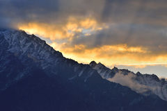 Härligt morgonljus överst av berget i nordliga Pakistan Arkivfoto