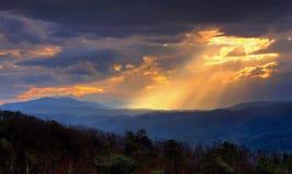 Härligt morgonljus i de rökiga bergen royaltyfri bild