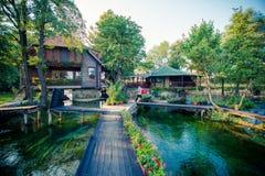 Härligt motell på floden arkivfoton