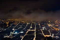 Härligt nattfoto av den härliga gamla koloniala staden i Quito, Ecuador Arkivbild