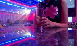 härligt nattklubbkvinnabarn royaltyfri fotografi