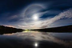 Härligt nattlandskap med gloria för atmosfäriskt fenomen royaltyfria bilder