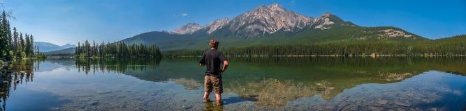 Härligt naturlandskap med bergsjön i British Columbia, Kanada arkivbilder
