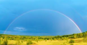 Härligt naturlandskap med ovannämnd fältpanorama för dubbel full regnbåge arkivbilder