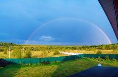 Härligt naturlandskap med ovannämnd fältpanorama för dubbel full regnbåge arkivfoto