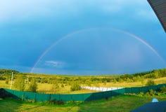 Härligt naturlandskap med ovannämnd fältpanorama för dubbel full regnbåge royaltyfri foto