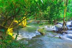Härligt naturligt av den Huay Mae Khamin vattenfallet, pro-Kanchanaburi arkivbilder