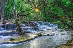 Härligt naturligt av den Huay Mae Khamin vattenfallet, pro-Kanchanaburi royaltyfri foto