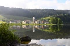 Härligt naturligt landskap av Abbey Lake i Jura, Frankrike Arkivbild