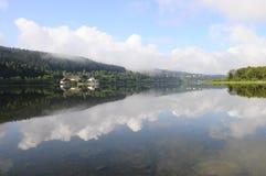 Härligt naturligt landskap av Abbey Lake i Jura, Frankrike Arkivfoton