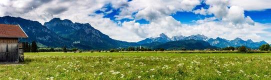 Härligt naturligt landskap av fjällängarna Forggensee och Schwanga royaltyfria bilder