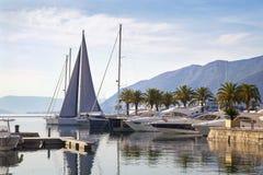 Härligt nautiskt landskap med lyxiga yachter och berg arkivbild