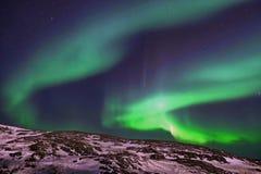 Härligt norrsken för polara ljus, morgonrodnad över kullar och tundra i vintern fotografering för bildbyråer