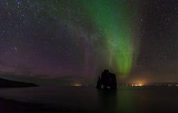 Härligt norrsken på hvitserkur, Island Royaltyfria Bilder