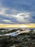 Härligt norskt landskap under kall vinterafton Solnedgång vid fiordsna royaltyfri fotografi