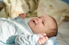 Härligt nyfött behandla som ett barn att le Royaltyfria Bilder