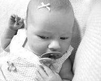 Härligt nyfött behandla som ett barn flickan arkivfoton