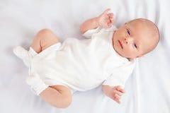 Härligt nyfött behandla som ett barn på vit, tre gamla veckor Arkivbilder
