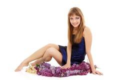 Härligt nytt för tonårig flicka med lilan för vårgruppblomma Arkivfoton