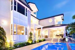 Härligt och attraktivt hus på kusten i natten royaltyfri bild