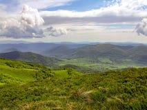 Härligt och färgrikt landskap av Bieszczady berg Arkivfoton