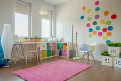 Härligt och färgrikt sovrum för en flicka royaltyfri foto