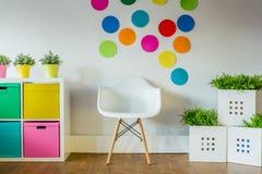Härligt och färgrikt sovrum för en flicka arkivfoto